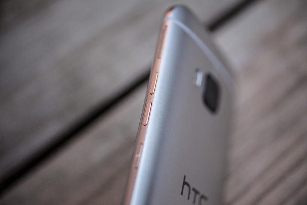 Closer Look at the New 2016 HTC One M10 Instant and Wireless Charging Feature